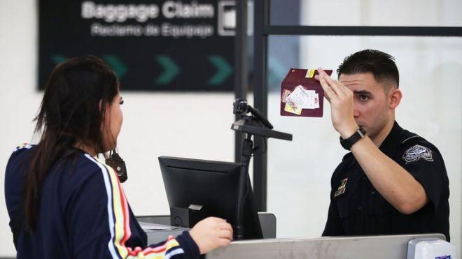 Além de defender projetos de lei para mudar regras migratórias, governo tem criado uma série de medidas administrativas para dificultar a emissão de vistos e interromper permissões já concedidas (Foto: Getty Images via BBC News Brasil)