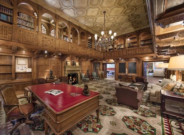 Com dois andares, a biblioteca é toda revestida de madeira e possui painéis rebuscados trabalhados à mão (Foto: Jim Bartsch/ Reprodução)