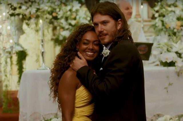 Dandara Mariana (Dandara) e Caio Paduan (Quinzinho) em cena de 'Verão 90' (Foto: Reprodução)