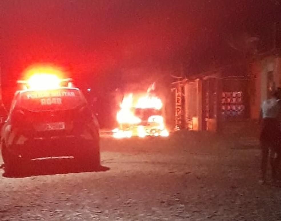 Veículo é incendiado em Umirim, no interior do Ceará, em ataque coordenado por facções criminosas. — Foto: Arquivo pessoal