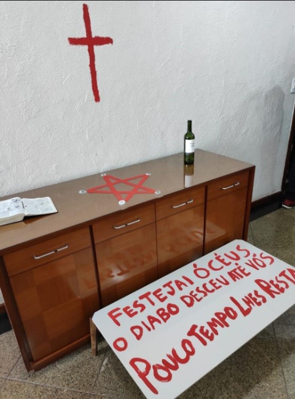 Policiais encontram símbolos religiosos em apartamento de jovem que matou os pais em Vila Velha, no ES — Foto: Reprodução/TV Gazeta