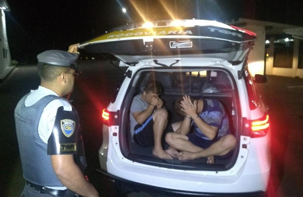 Carro foi abordado na Rodovia Castello Branco e os rapazes se mostraram nervosos durante a fiscalização — Foto: Polícia Rodoviária/Divulgação