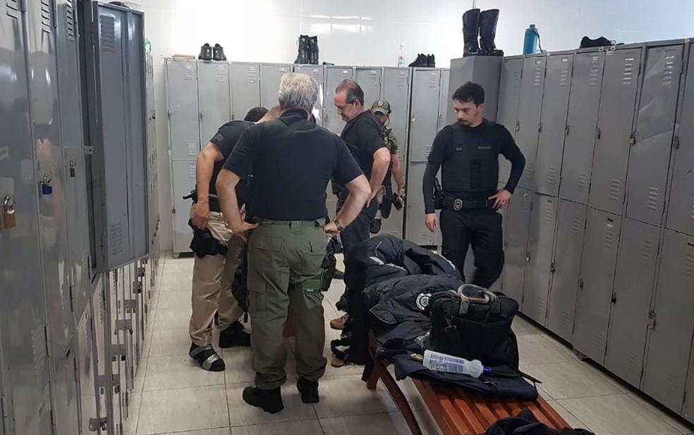 Policiais civis cumprem mandados de busca e apreensão na sede da Guarda Municipal de Indaiatuba — Foto: André Natale/EPTV