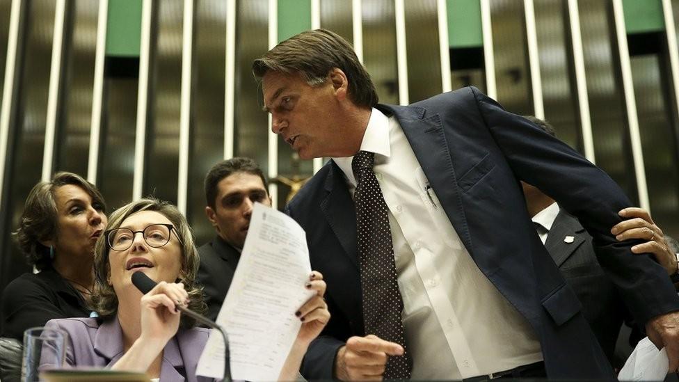 Em um dos episódios mais polêmicos de sua trajetória, Bolsonaro disse à deputada Maria do Rosário (PT-RS) que ela 'não merecia ser estuprada' (Foto: ZECA RIBEIRO/AG. CÂMARA)
