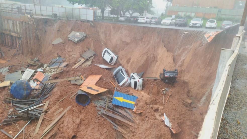 Cratera se abre e engole carros em Brasília — Foto: Reprodução
