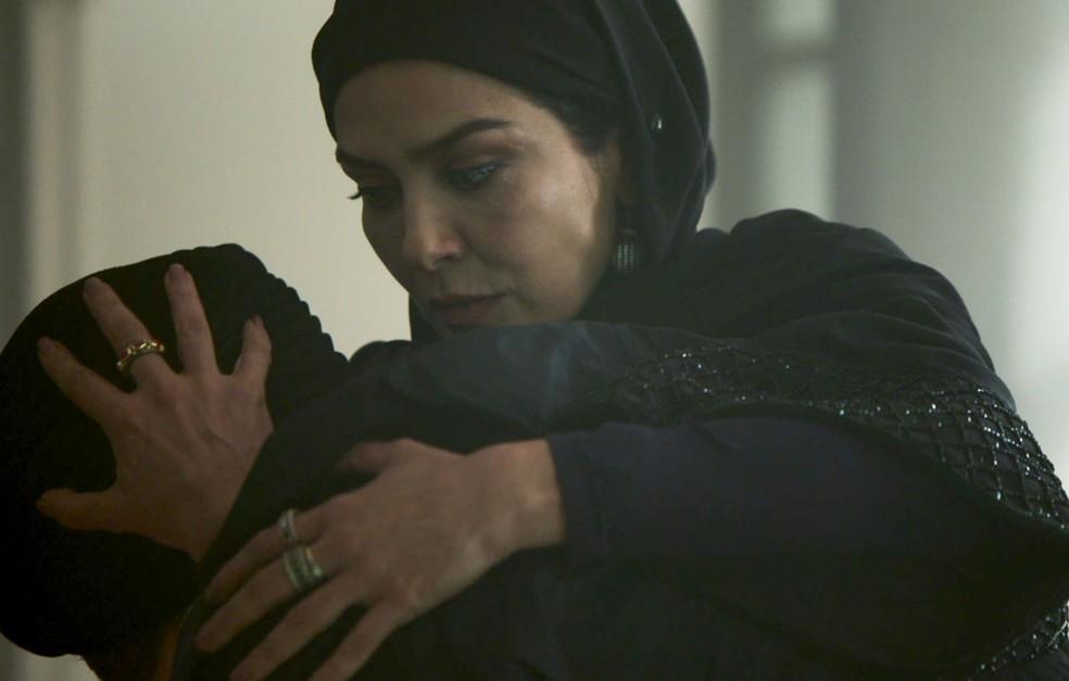 Soraia (Letícia Sabatella) amapara Dalila (Alice Wegmann) depois que ela mente para Aziz (Herson Capri) em 'Órfãos da Terra' — Foto: Reprodução/TV Globo