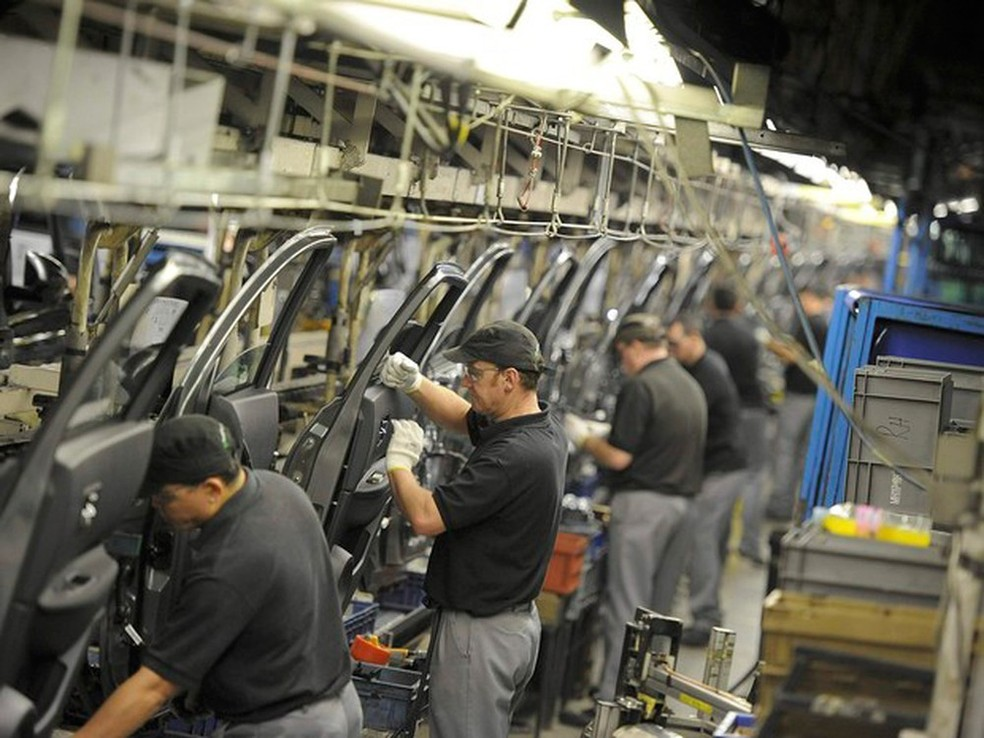 Indústria voltou a contratar, com salários maiores em funções como ajustador mecânico e alimentador de linha de produção (Foto: Nigel Roddis/Reuters)