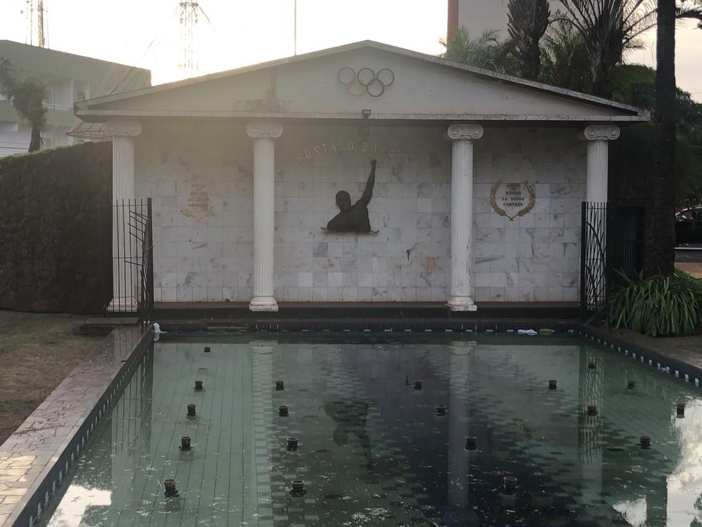 Monumento em homenagem ao nadador Gustavo Borges, medalhista olímpico, que morou em Ituverava — Foto: Kleber Tomaz/G1