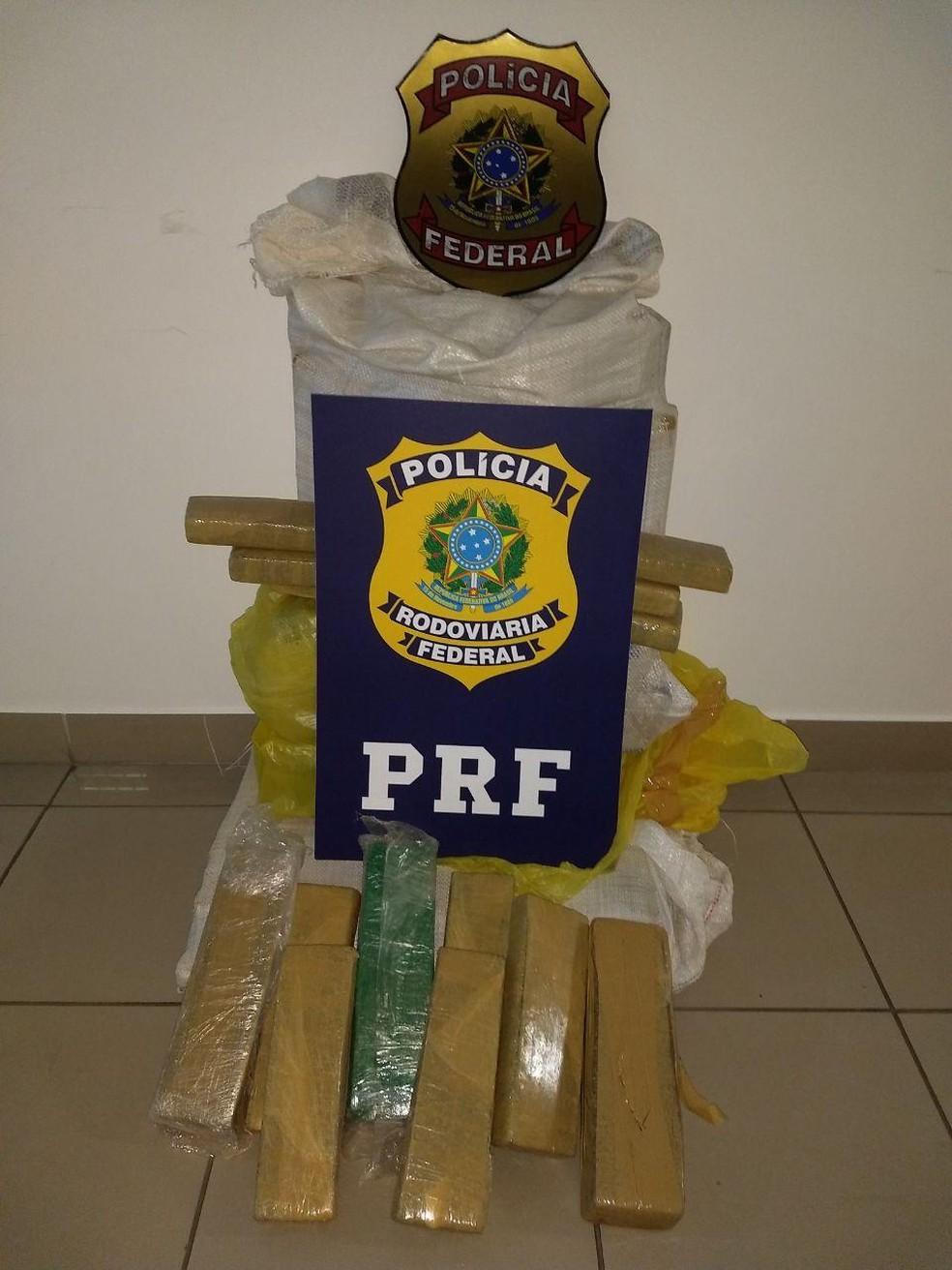 Dois homens e uma mulher foram presos com 88 quilos de maconha — Foto: Divulgação/PRF