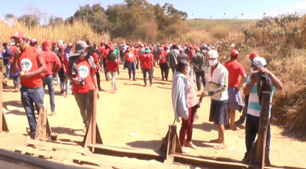 Famílias do MST alegam violência da PM e deixam área de usina em MG após 50 horas de resistência