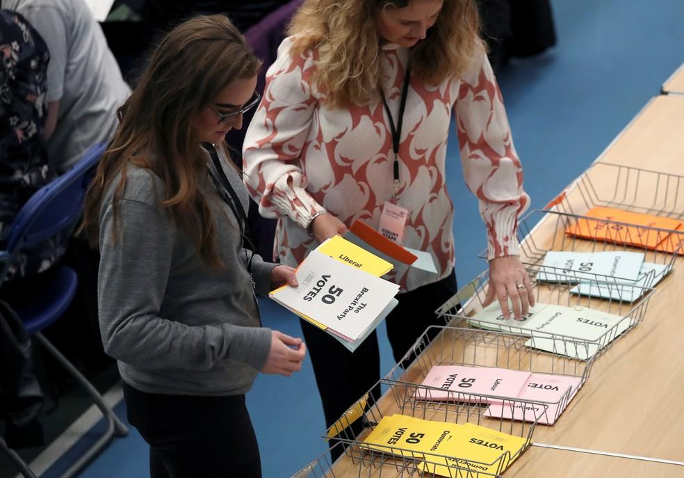 Equipe conta os votos das eleições europeias no Reino Unido — Foto: Scott Heppell/Reuters