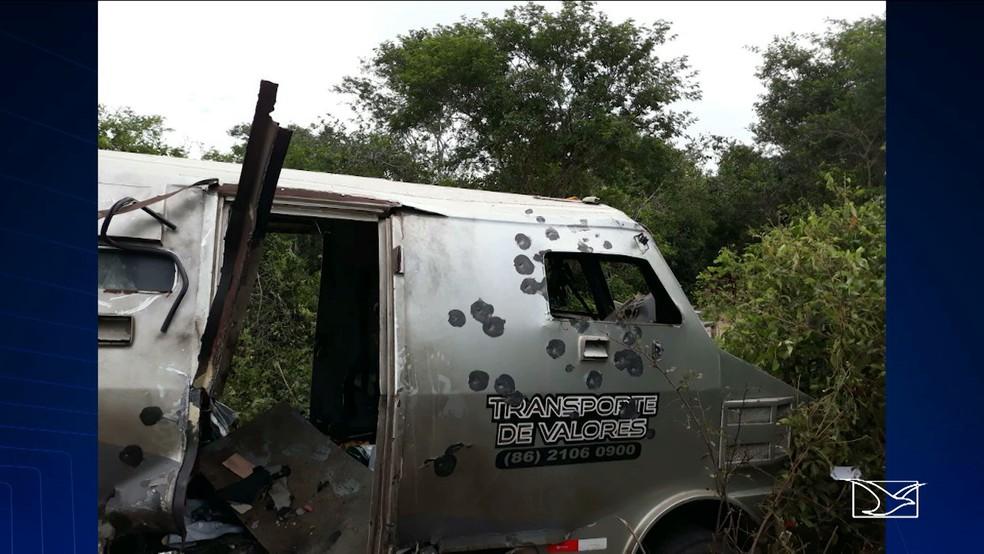 Homens com fuzis metralharam o carro da empresa de valores (Foto: Reprodução/TV Mirante)
