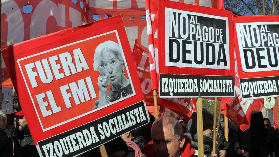 Poucas coisas aguçam tanto os ânimos na política local do que recorrer ao FMI, como fez Macri (Foto: EPA via BBC)