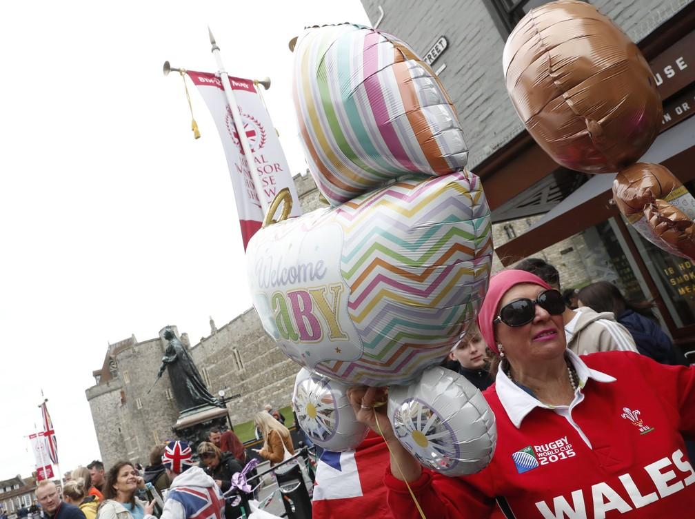 Fãs dão as boas-vindas ao novo bebê real na segunda-feira (6), em Windsor. — Foto: Alastair Grant/AP