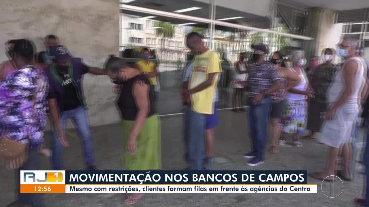 Mesmo com restrições, clientes formam filas em frente às agências bancárias em Campos