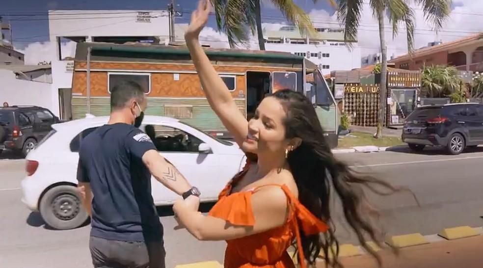 'Você nunca Esteve Sozinha – O Doc de Juliette': Juliette acena para as pessoas no retorno à Paraíba — Foto: Reprodução/Globoplay
