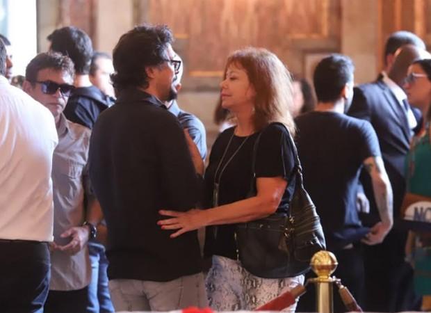 Lúcio Mauro Filho é consolado por Alcione Mazzeo (Foto: AgNews)
