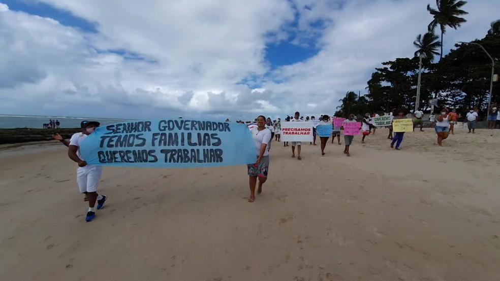 Manifestantes caminharam pela faixa de areia da Praia de Porto de Galinhas — Foto: Reprodução/WhatsApp