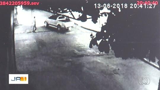 Mulher e comparsa são presos suspeitos de matar ex dela após emboscada; namorado está foragido