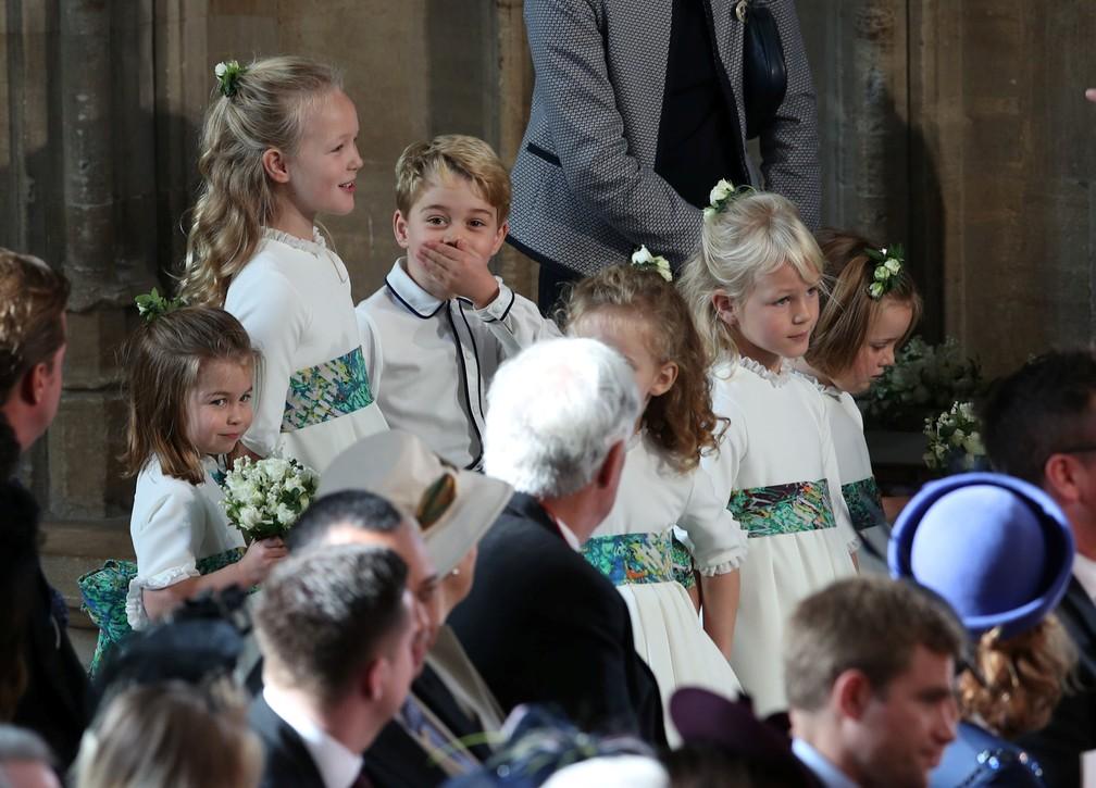 Princesa Charlotte e príncipe George entram na capela de São Jorge unto com pajens e daminhas para o casamento de Eugenie e  Jack Brooksbank — Foto: Yui Mok/Pool via Reuters