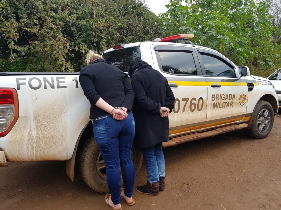 Dois homens e duas mulheres foram presos por suspeita de envolvimento nos ataques. — Foto: Brigada Militar/Divulgação