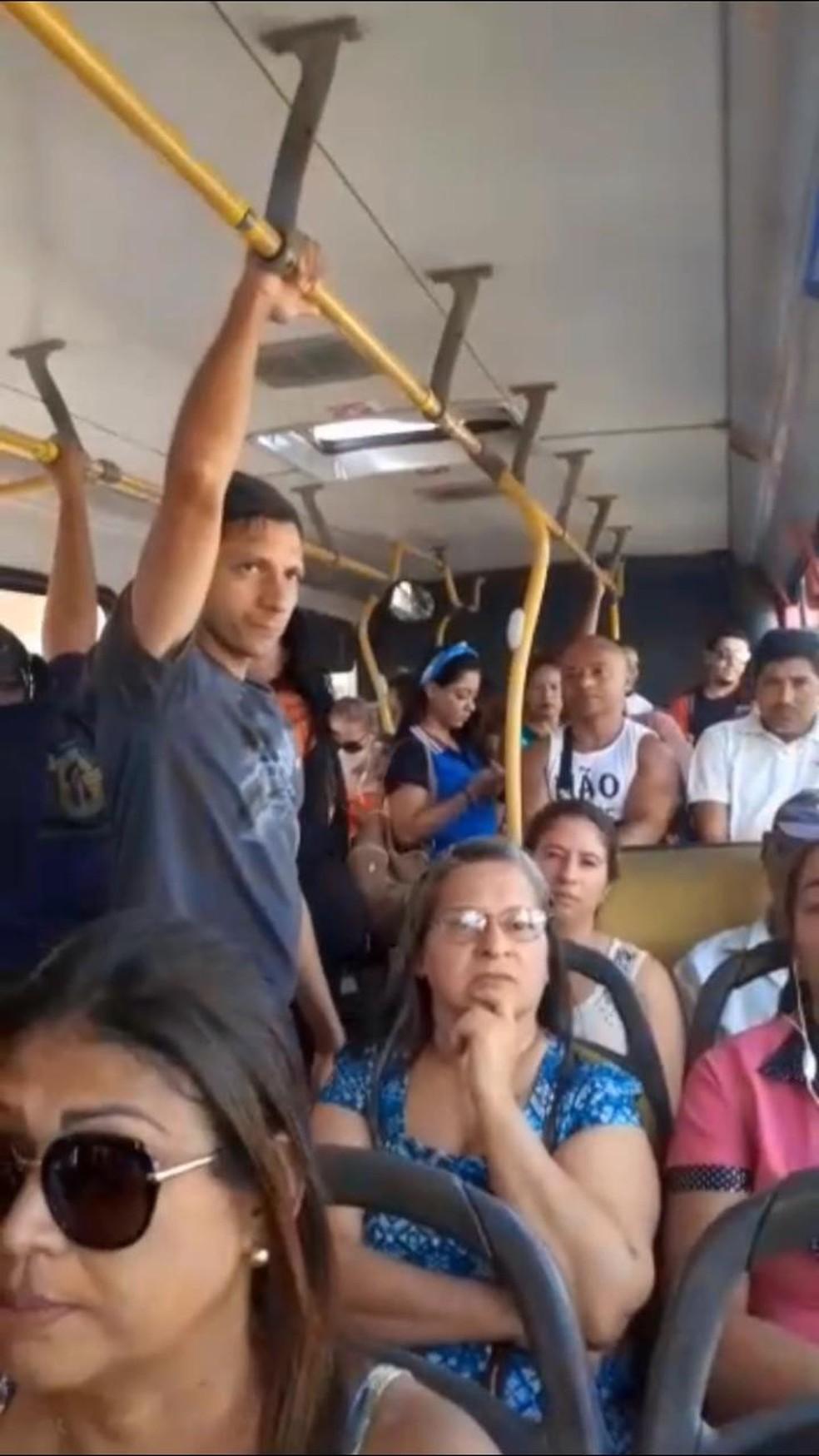 Ônibus rodam lotados em Natal após redução de frota por causa do coronavírus — Foto: Cedida