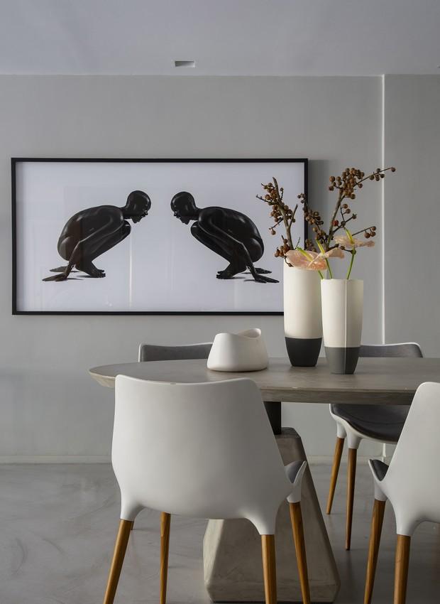 Na sala de jantar, a parede ganhou fotografia de Beto Gatti (Foto: Denilson Machado/ MCA Estúdio/Divulgação)