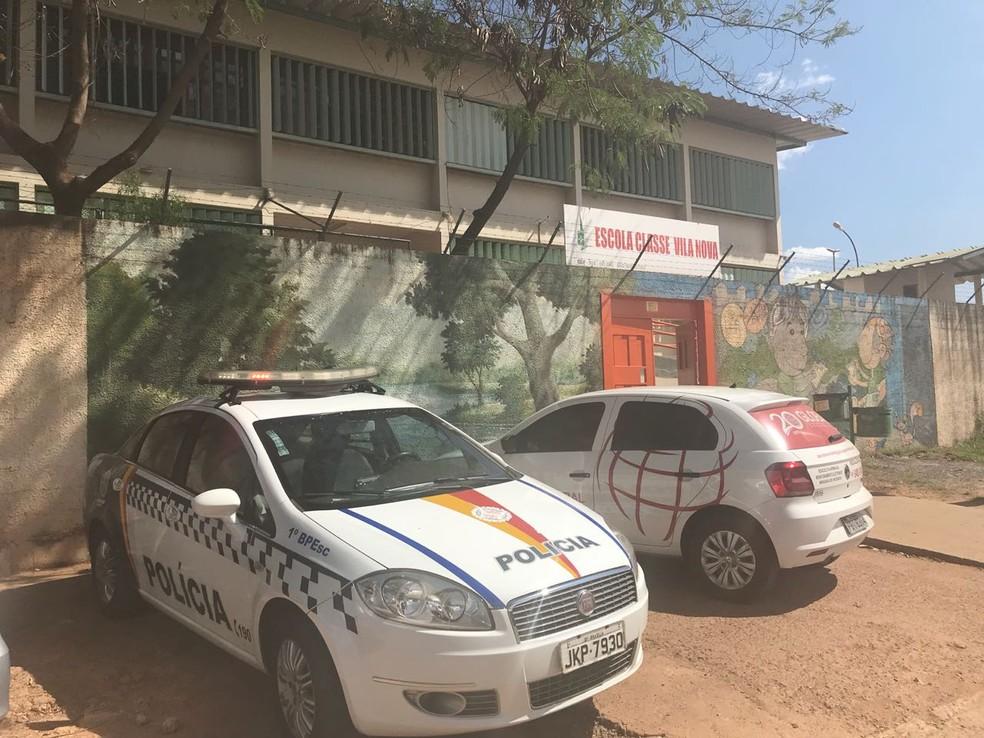 Carro da PM em frente à Escola Classe Vila Nova, no DF — Foto: Marília Marques/G1