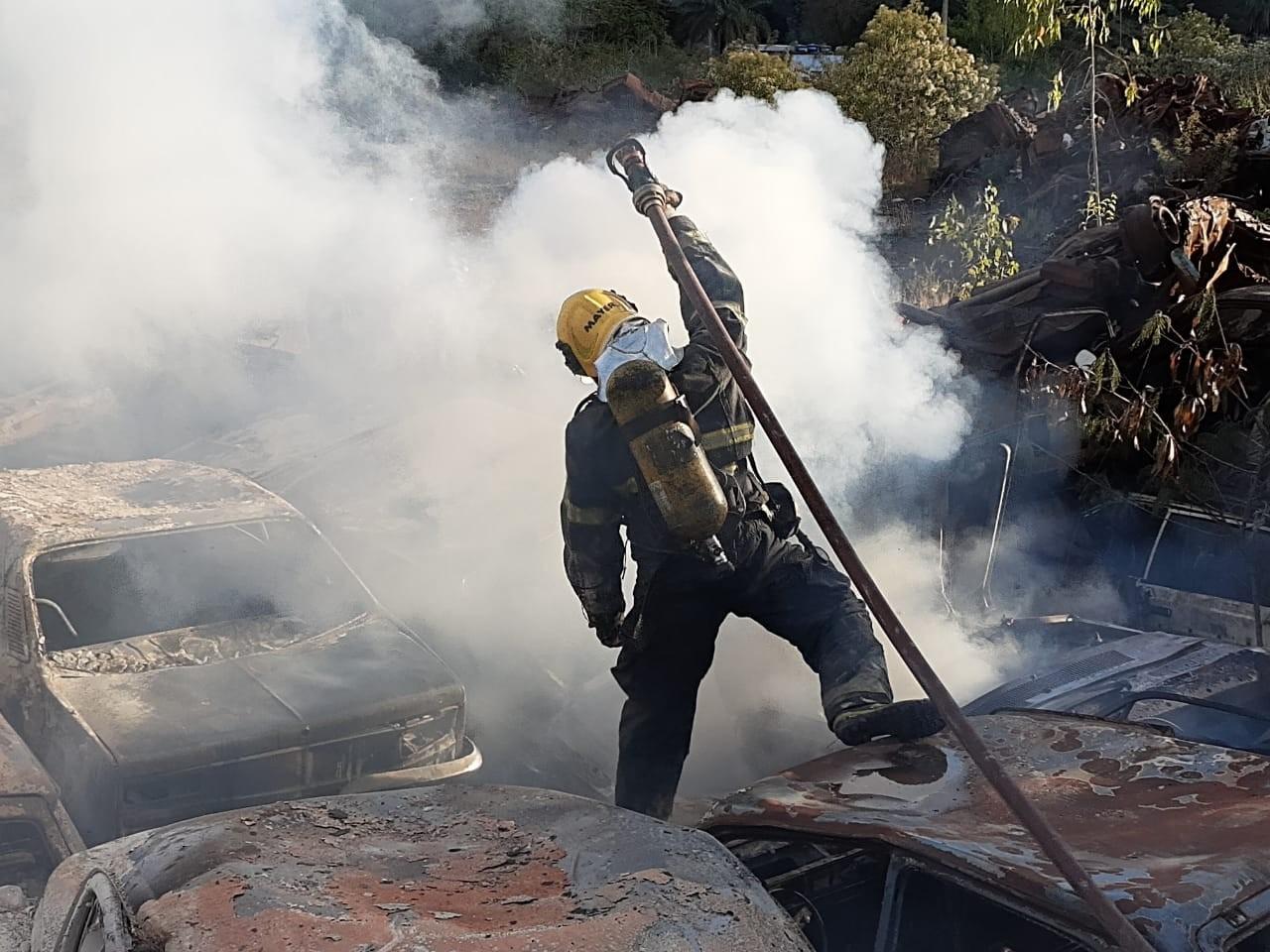 Incêndio destrói carros no pátio do Detran, em Nova Lima