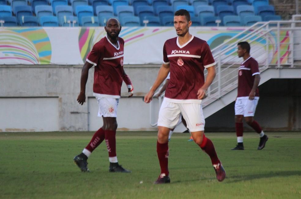 Danilo treinou normalmente e vai para o jogo; Jean Silva usa proteção na mão esquerda (Foto: Diego Simonetti/Blog do Major)
