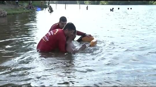 Bombeiros simulam situações de risco em treinamento para temporada de praias