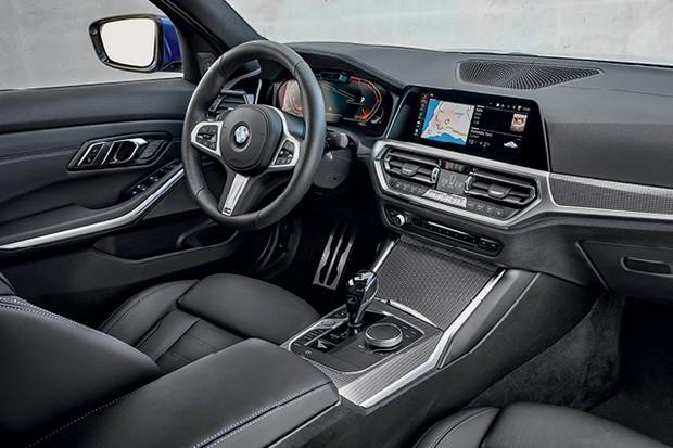BMW Serie 3 - Painel de instrumentos digital e tela touch de 8 polegadas. Câmera e sensores apontados para o motorista detectam rosto e movimento das mãos (Foto: Divulgação)