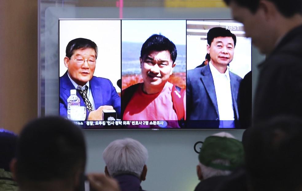 Em Seul, pessoas assistem à reportagem na TV sobre os três americanos detidos na Coreia do Norte: Kim Dong Chul, Tony Kim e Kim Hak Song (Foto: AP Photo/Ahn Young-joon)