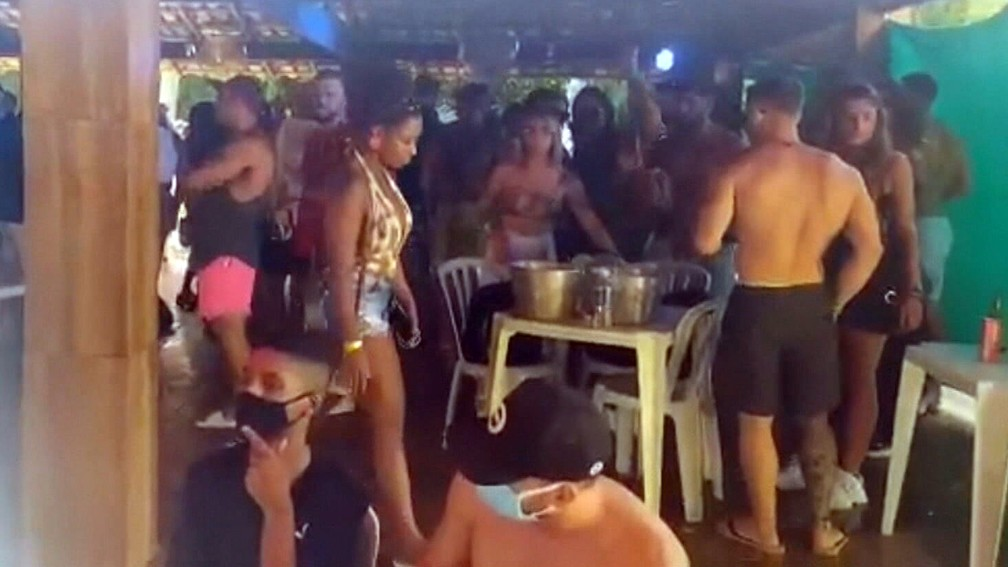 Festa de aniversário 'exclusiva' e com venda de ingressos tinha 300 pessoas e foi encerrada — Foto: Reprodução/TV Globo