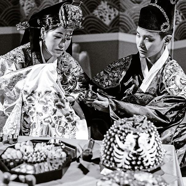 No paebaek, tradicional cerimônia de casamento coreana, os noivos servem chá aos familiares (Foto: Sarah Falugo)