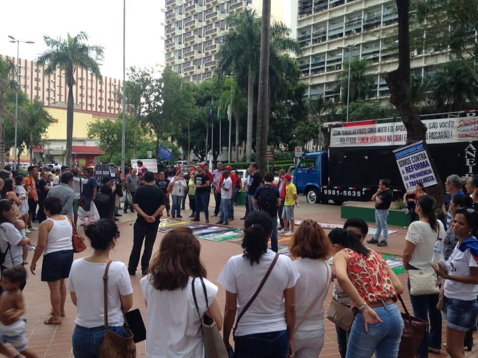 Manifestantes se reuniram em frente à Prefeitura de Cuiabá para manifestar contra a Reforma da Previdência (Foto: Leandro Agostini/Centro América FM)