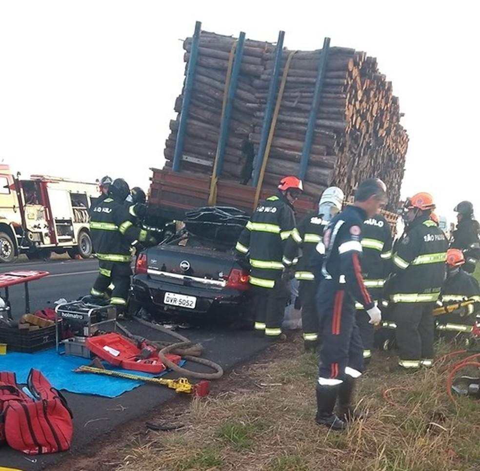 Carro atingiu traseira de caminhão carregado com madeira entre Iacanga e Ibitinga (SP) â?? Foto: Reprodução/Redes Sociais