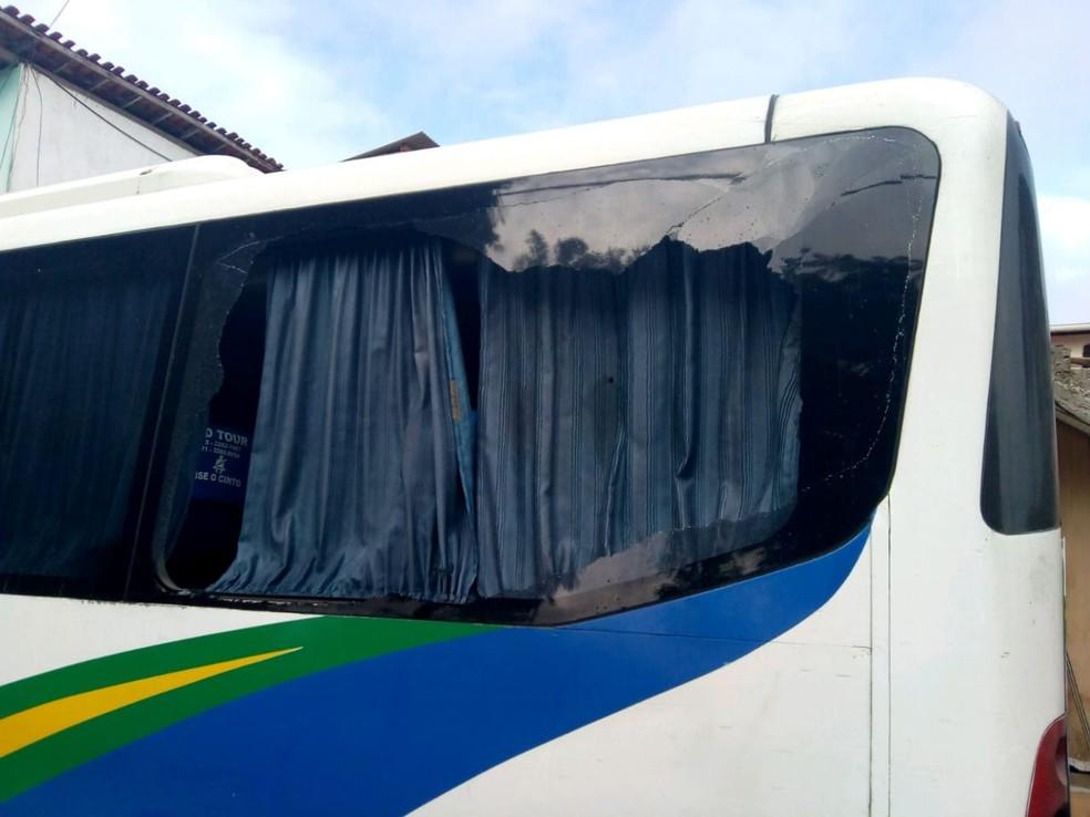 Micro-ônibus que transportava 16 policiais é atacado a tiros em Feira de Santana, na Bahia (Foto: Denivaldo Costa/ Blog Central de Polícia)