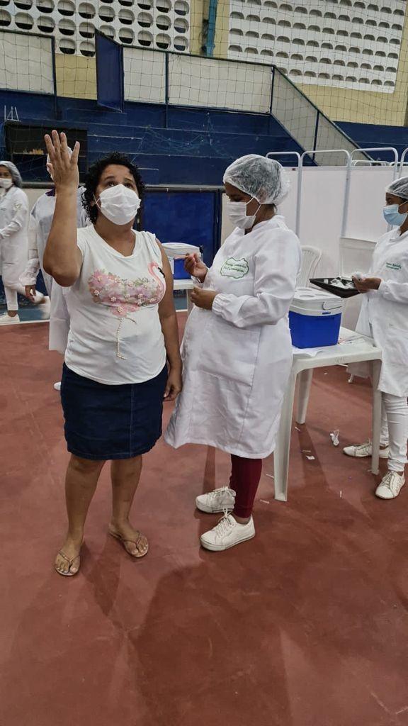 Técnica de enfermagem vacina a própria mãe contra Covid na Grande Natal e se emociona: 'Sensação única'