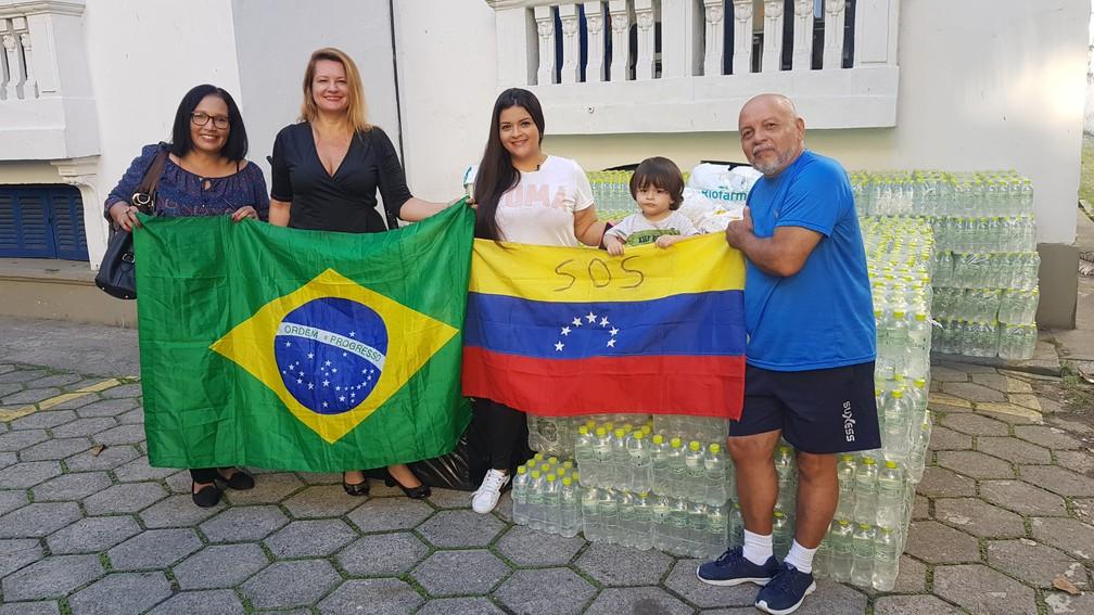 Grupo de refugiados venezuelanos fazem doações para cariocas afetados pelas chuvas   — Foto: Gustavo Wanderley/G1
