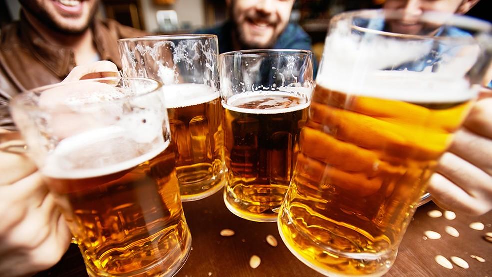 No limite aceitável, álcool não tem relação com aumento da barriga (Foto: Eu Atleta | Arte | foto: Getty Image)
