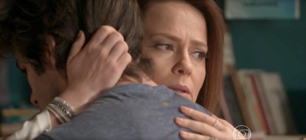 Lili demite Germano e passa a mão na cabeça de Fabinho — Foto: TV Globo