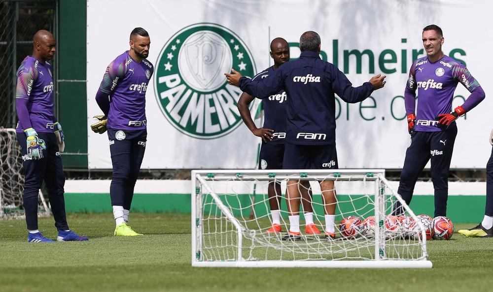 Felipão faz elogio aos três goleiros e rodízio, mas tem preferência por Weverton