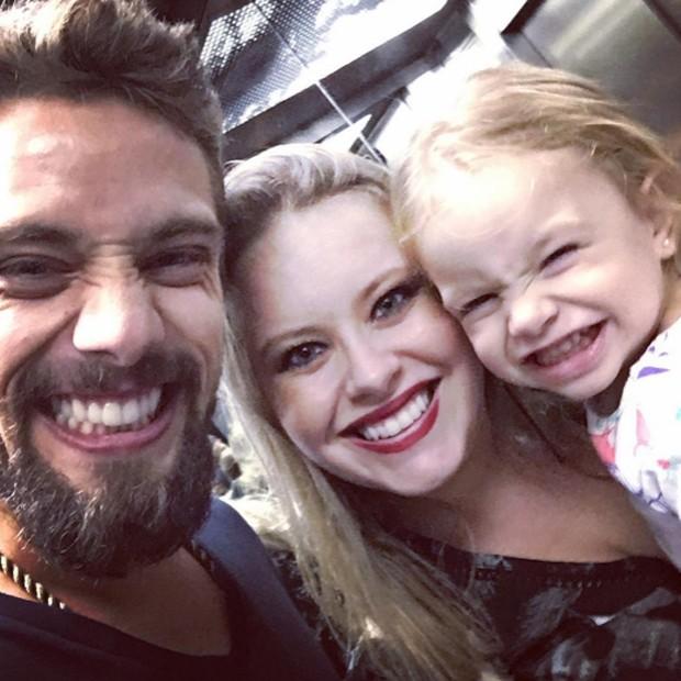 Rafael Cardoso, Mariana Bridi e Aurora (Foto: Reprodução/Instagram)