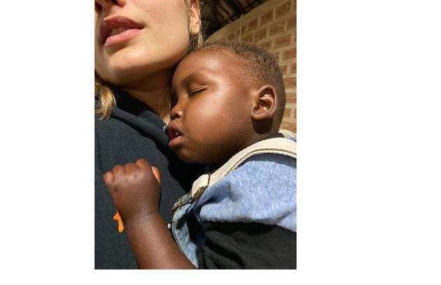 Sasha com o menino que inspirou Xuxa em seu terceiro livro (Foto: Arquivo pessoal)