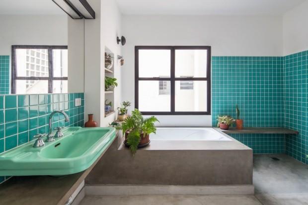 Azulejos de cerâmica colorida em banheiro reformado pelo escritório Stuchi & Leite (Foto: Mayra Acayaba / Editora Globo)