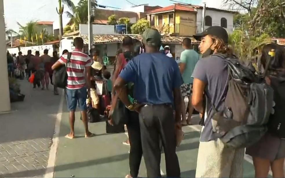 Movimento de retorno para Salvador é de longas filas e espera em Mar Grande — Foto: Reprodução/TV Bahia