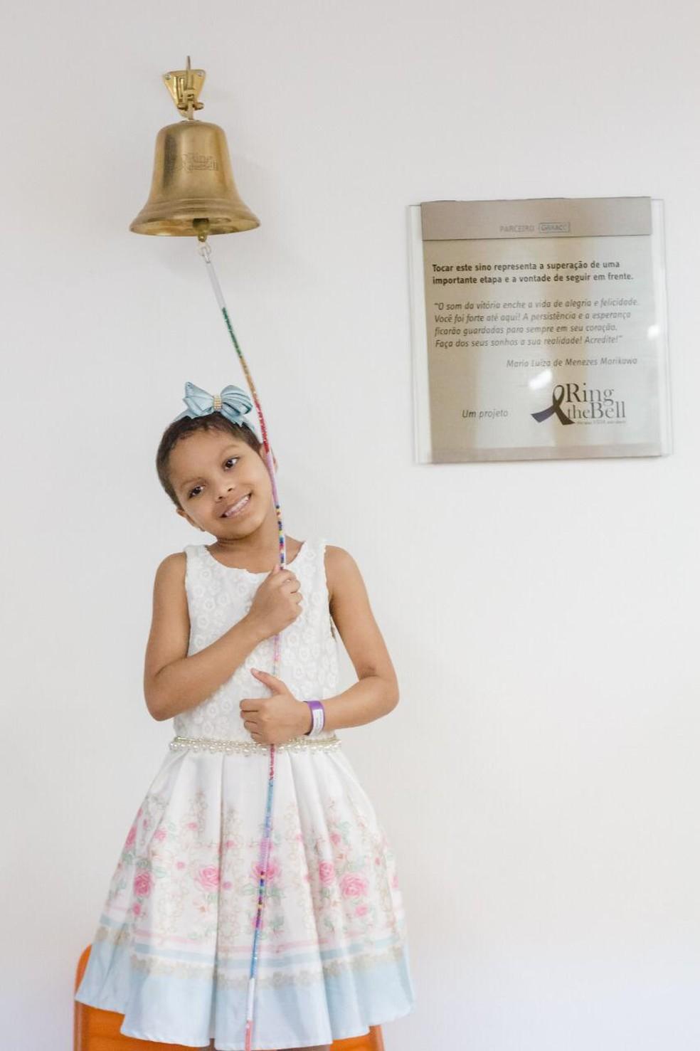 Yasmin Marques tocou o 'sino da cura' em dezembro   — Foto: Daniela Cristina Marques/Arquivo pessoal