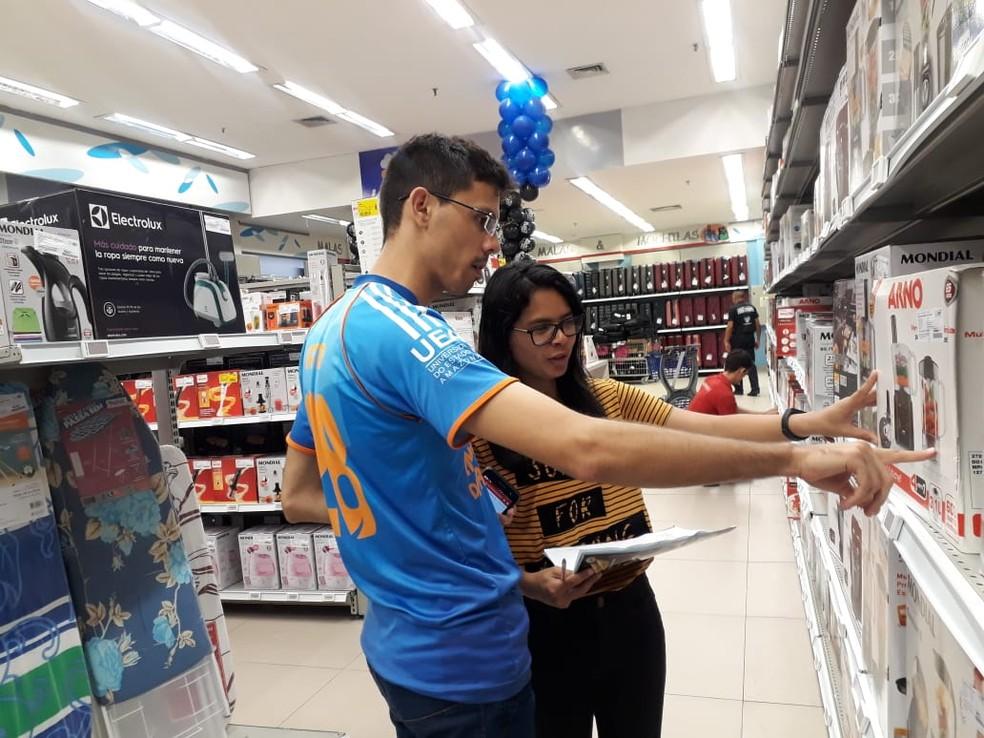 Amigos fizeram tabela de preços para escolher loja certa para as compras de final de ano — Foto: Eliana Nascimento/G1 Amazonas