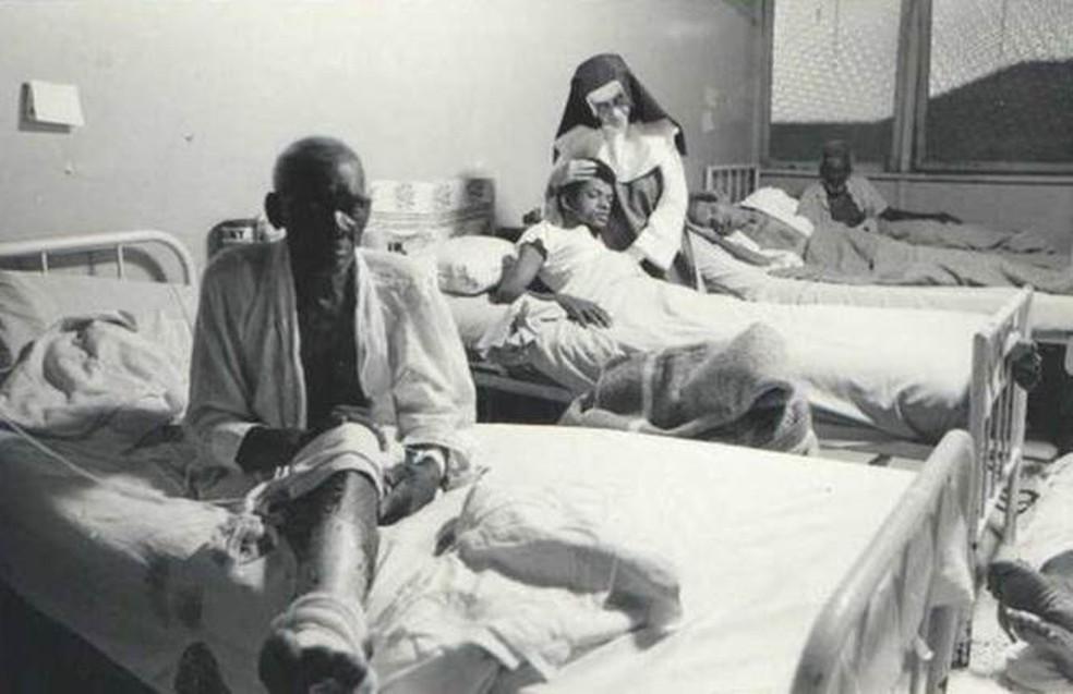 Irmã Dulce com pacientes no Hospital Santo Antônio — Foto: Acervo OSID